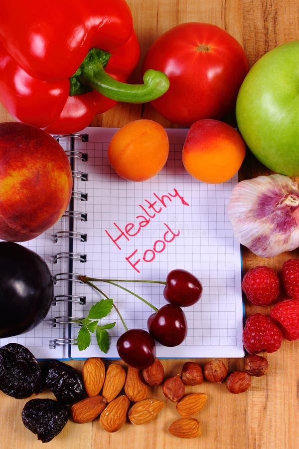 Nya frukter och grönsaker med anteckningsboken, bantning och sunt matbegrepp arkivfoton