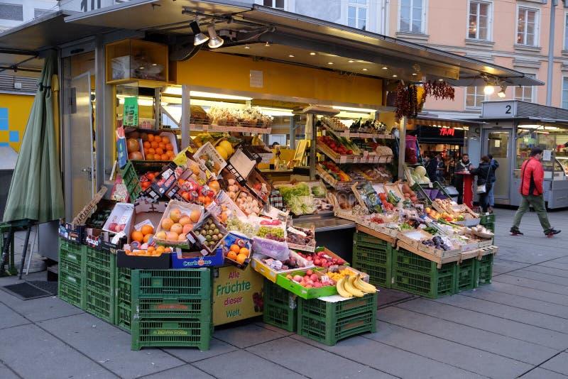 Nya frukter och grönsaker på en traditionell marknad i Graz royaltyfria bilder