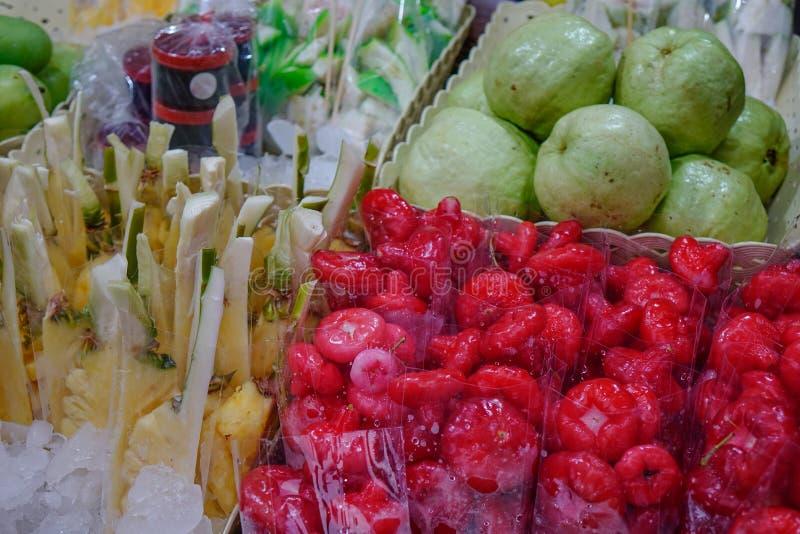 Nya frukter på den lokala marknaden arkivfoton