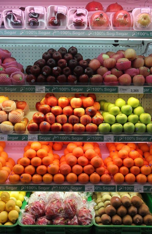 Nya frukter säljs i supermarket solo centrala Java Indonesia royaltyfri foto