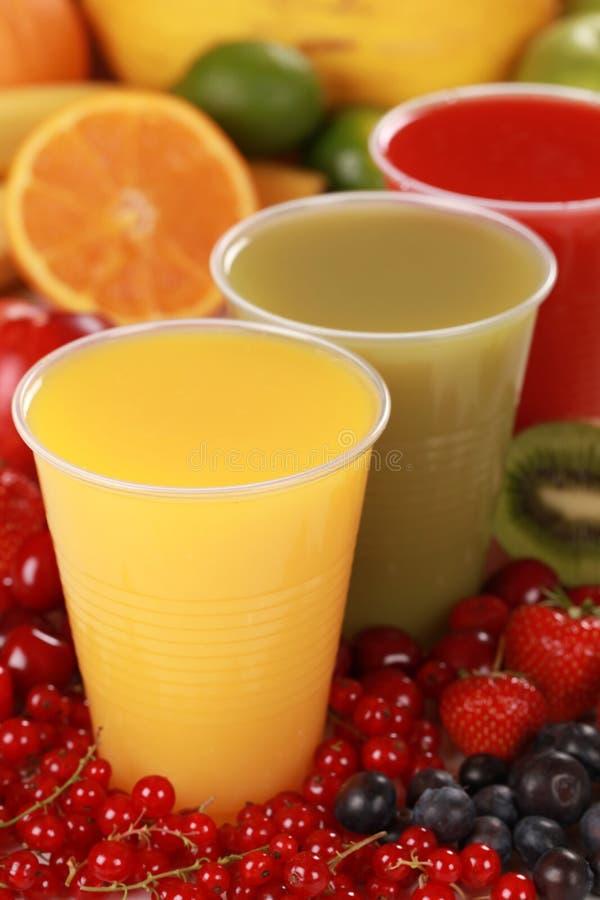 Nya fruktsaftar, i att dricka, kuper arkivbilder