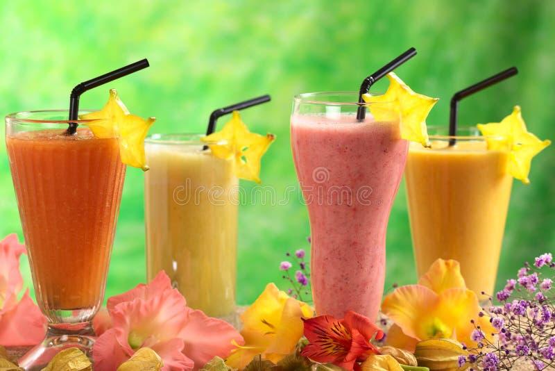 Nya fruktsafter och milkshakar royaltyfri fotografi