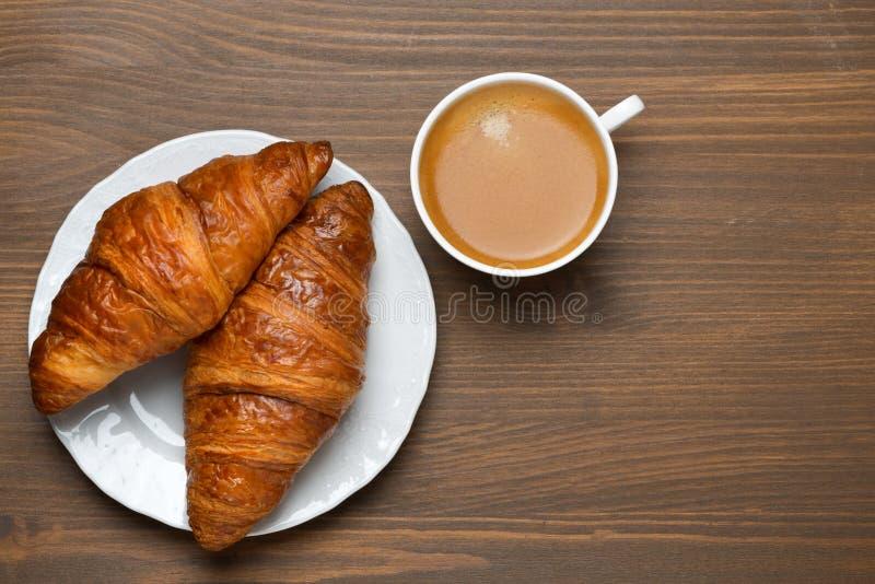 Nya giffel, kopp av espresso på träbakgrund fotografering för bildbyråer