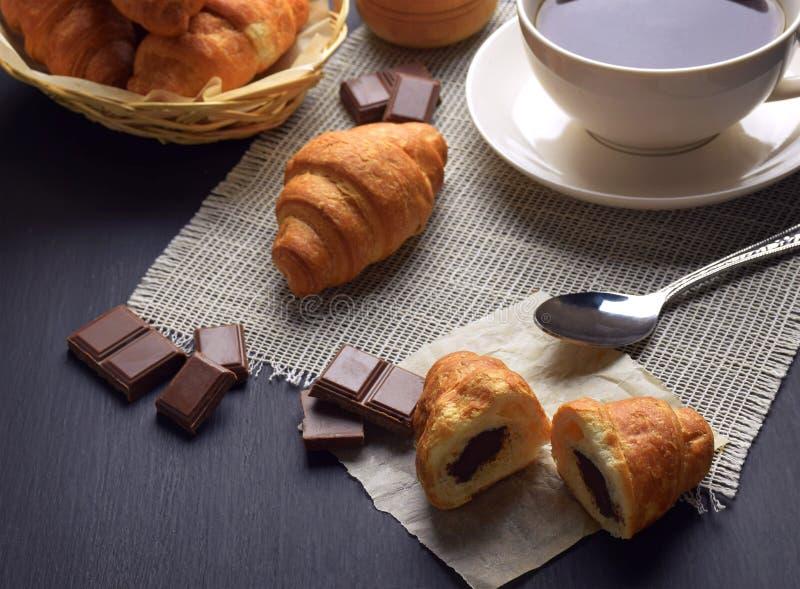 Nya giffel och en kopp av varmt te/kaffe Frukost Homem royaltyfri bild
