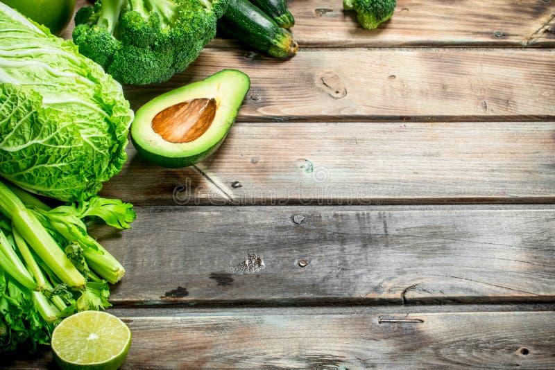 nya gröna ärtor för bunkemat bär fruktt organiska grönsaker fotografering för bildbyråer