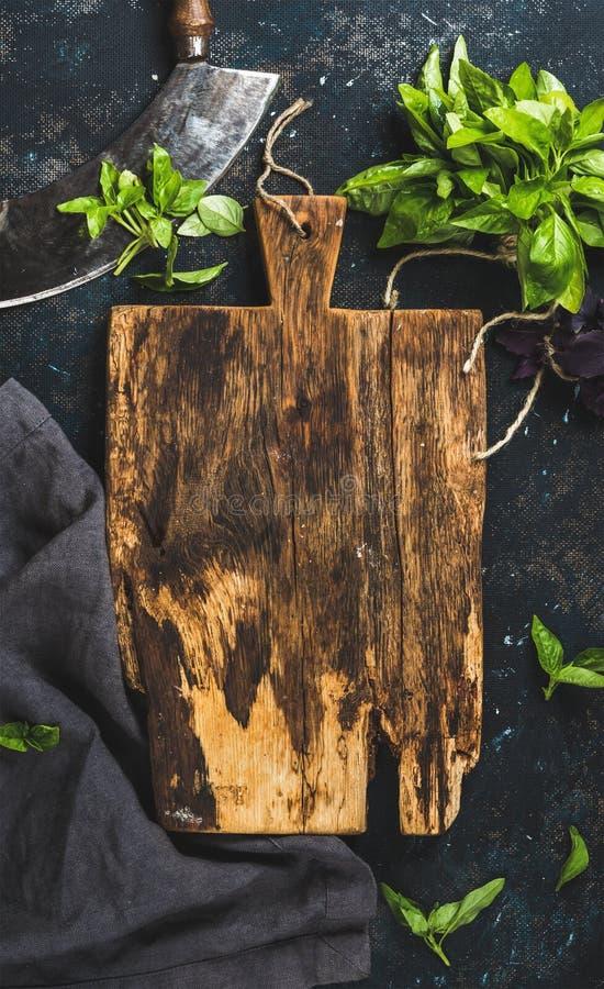 Nya gröna basilikasidor med örtavbrytaren baktalar, kopierar spce royaltyfri fotografi