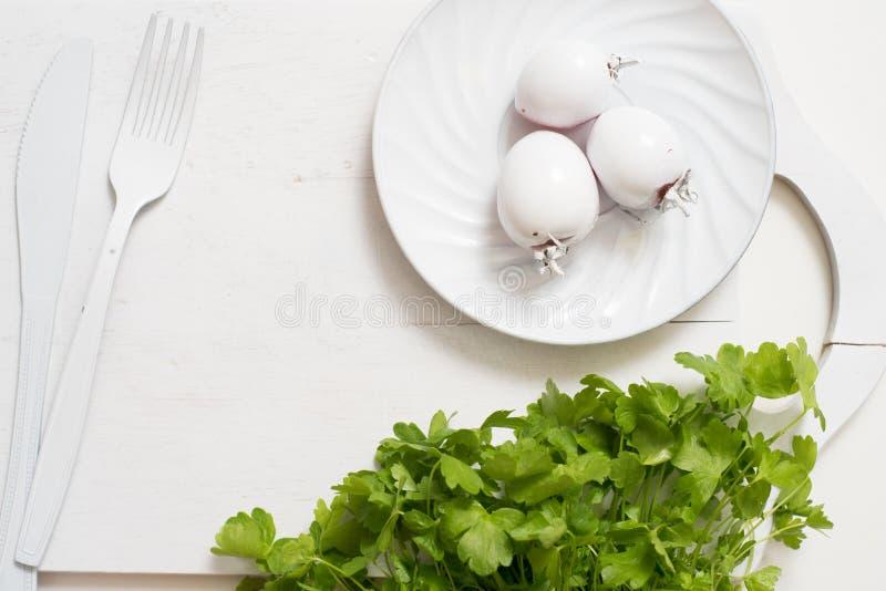 Nya gröna selleristammar på träskärbrädacloseupen selleripersilja och vitlök matlagningmat Kopieringsutrymme, bästa sikt royaltyfria bilder