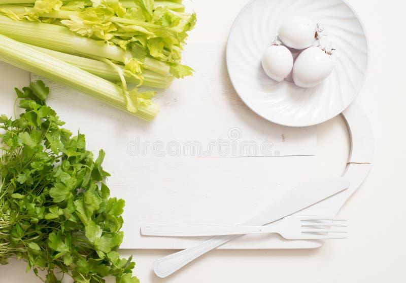 Nya gröna selleristammar på träskärbrädacloseupen selleripersilja och vitlök matlagningmat Kopieringsutrymme, bästa sikt fotografering för bildbyråer