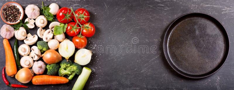 Nya grönsaker för att laga mat och tömmer pannan arkivbild