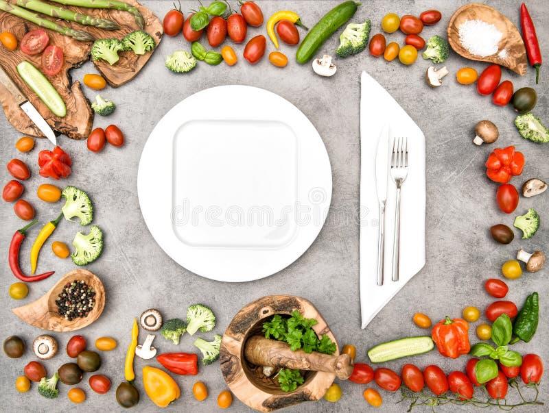 Nya grönsaker för köksbord Sund ny organisk mat arkivbild
