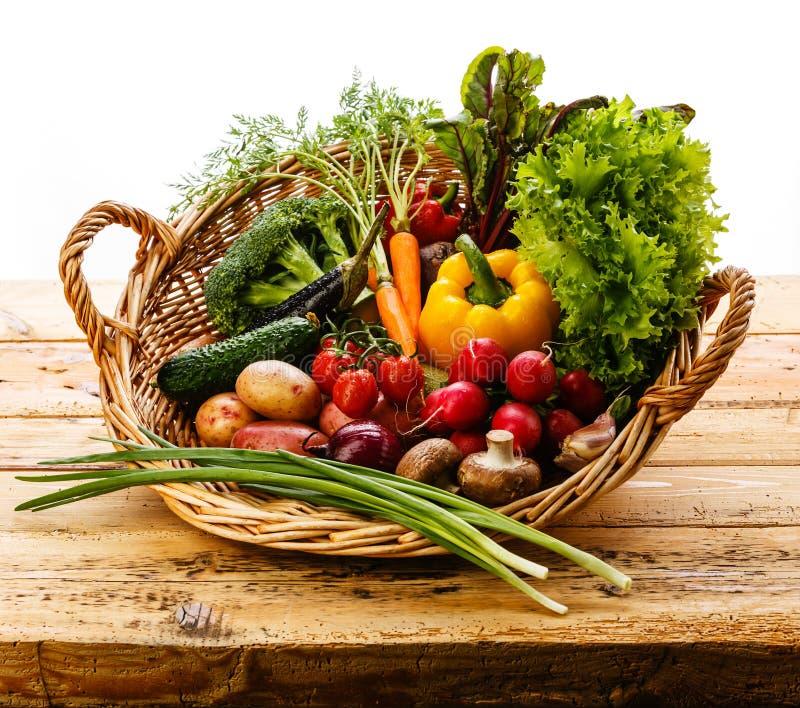 nya grönsaker för korg fotografering för bildbyråer