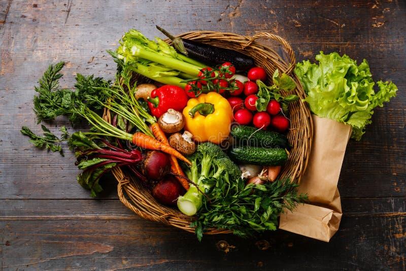 nya grönsaker för korg royaltyfri bild
