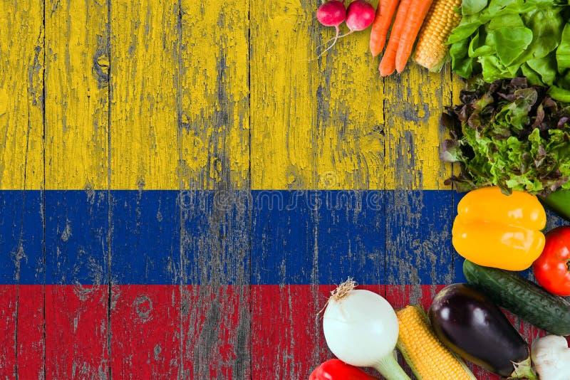 Nya grönsaker från Colombia på tabellen Laga mat begrepp p? tr?flaggabakgrund arkivfoto