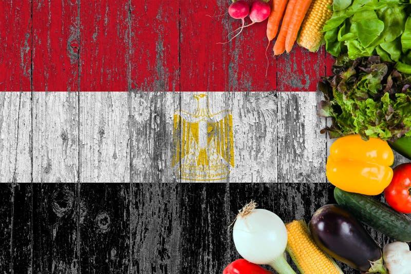 Nya grönsaker från Egypten på tabellen Laga mat begrepp p? tr?flaggabakgrund fotografering för bildbyråer