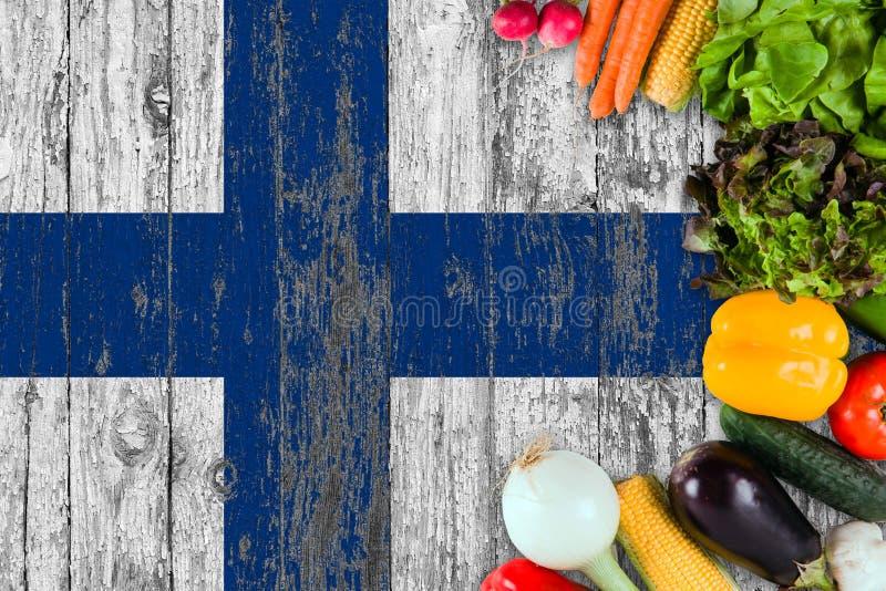 Nya grönsaker från Finland på tabellen Laga mat begrepp p? tr?flaggabakgrund arkivbilder