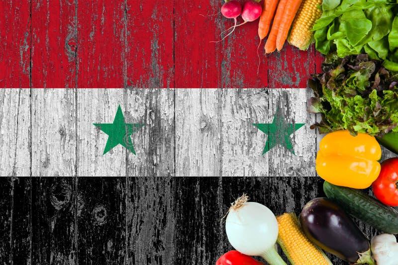 Nya grönsaker från Syrien på tabellen Laga mat begrepp p? tr?flaggabakgrund royaltyfria foton