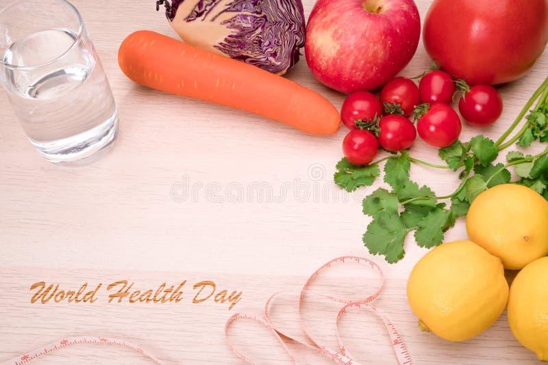 Nya grönsaker, frukter, rent vatten, sund mat, det bantar, näringsrik och konditionlivbegreppet arkivbild