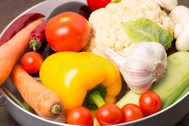 Nya grönsaker i en kruka royaltyfria foton