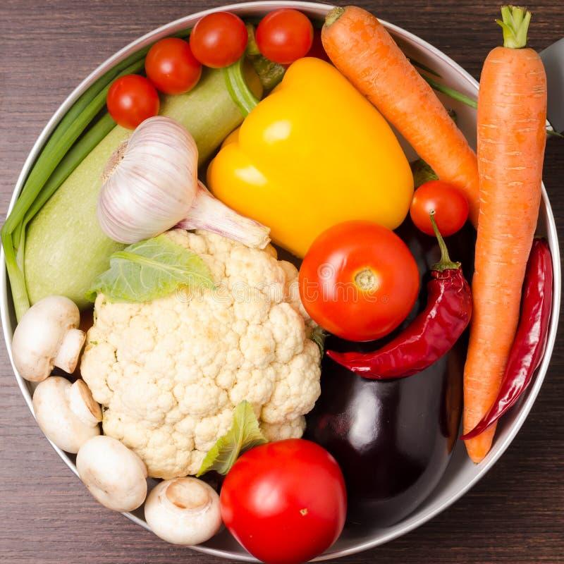 Nya grönsaker i en kruka royaltyfria bilder