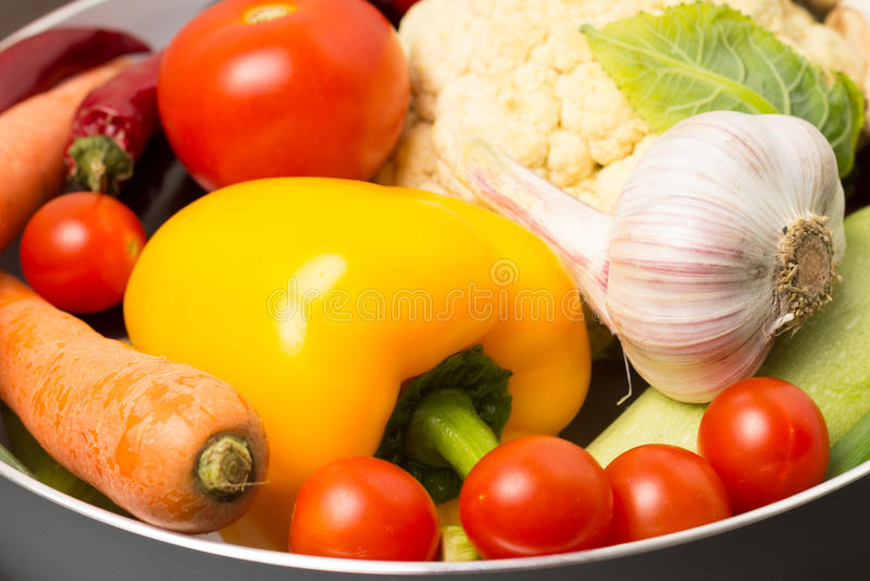 Nya grönsaker i en kruka royaltyfri bild