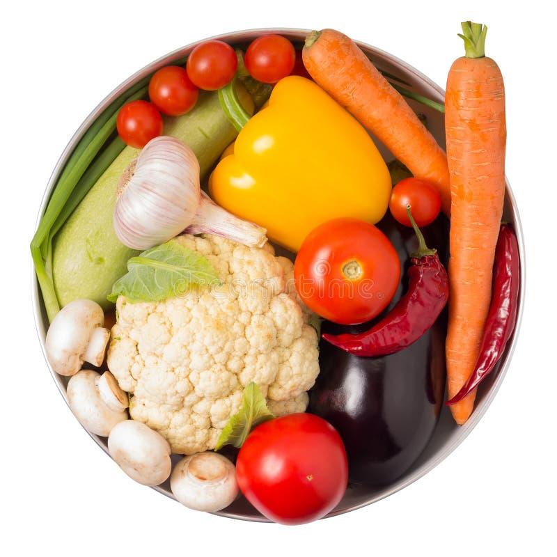 Nya grönsaker i en kruka som isoleras på vit. fotografering för bildbyråer