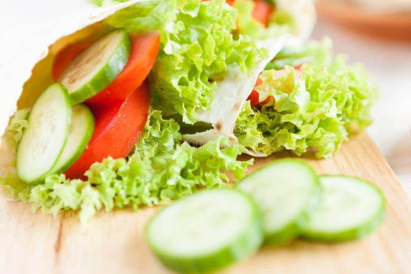 Nya grönsaker i en tunn pita arkivfoton