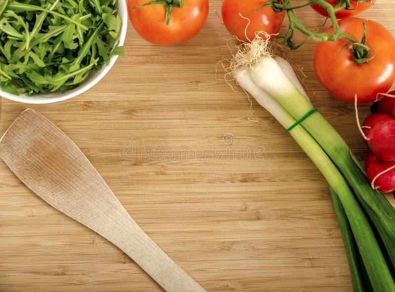 Nya grönsaker i köket fotografering för bildbyråer