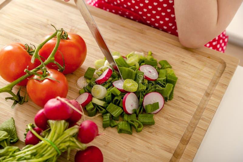 Nya grönsaker i köket arkivbild