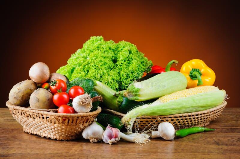 Nya grönsaker i korg fotografering för bildbyråer