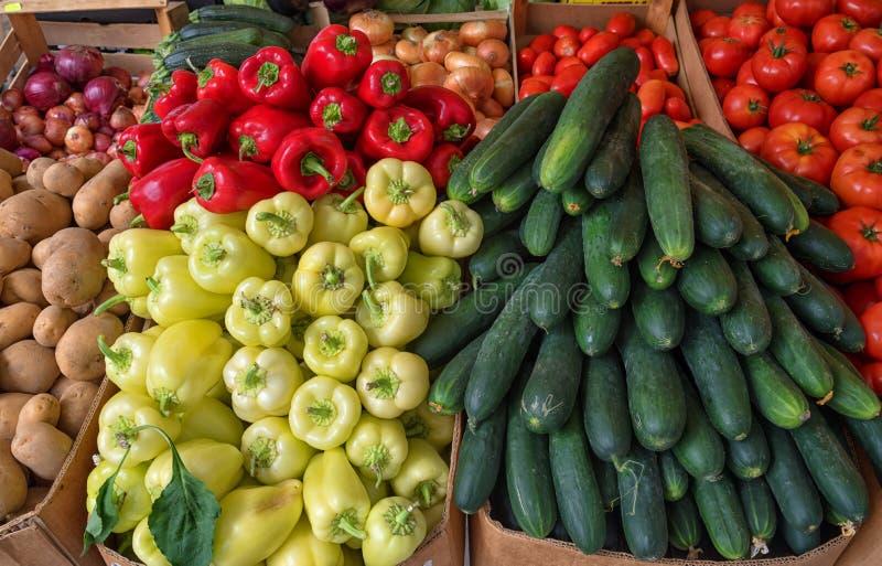 Nya grönsaker i marknad för bonde` s arkivbild