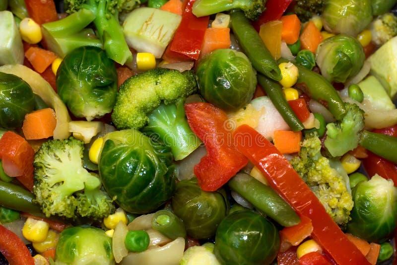 Nya grönsaker låtas småkoka för diet-näring Broccolikål, Bryssel, zucchini, havre, ärtor, lök, haricot vert, morötter arkivfoto