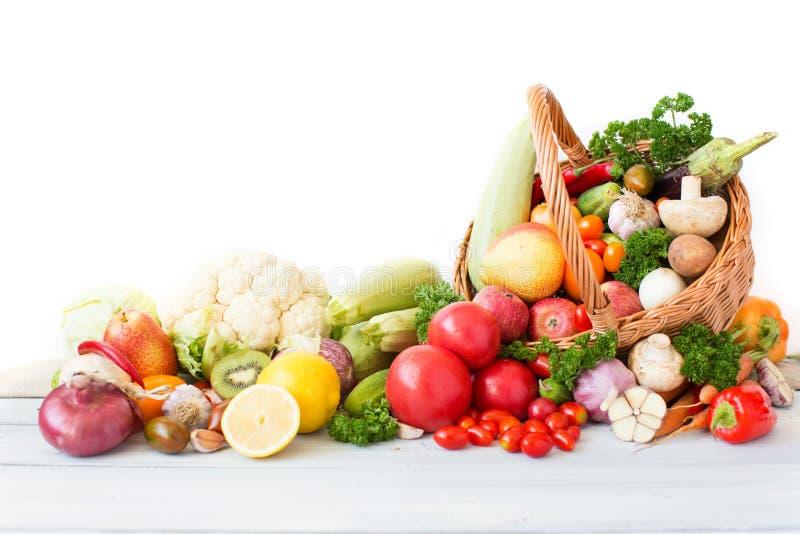 Nya grönsaker och frukt i korg fotografering för bildbyråer
