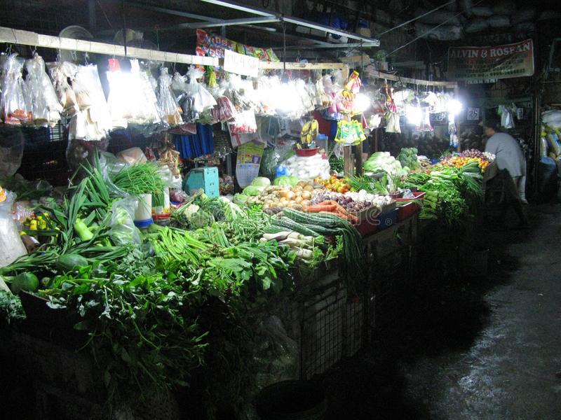 Nya grönsaker och frukter på den våta marknaden fotografering för bildbyråer