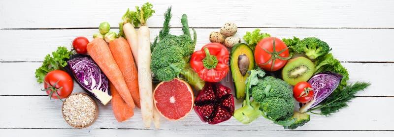 Nya grönsaker och frukter på en vit träbakgrund sunt organiskt f?r mat fotografering för bildbyråer