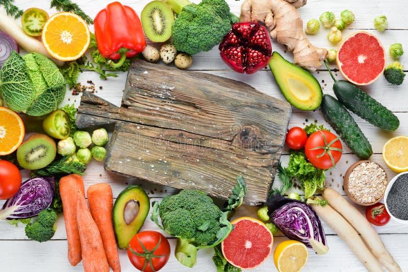 Nya grönsaker och frukter på en vit träbakgrund sunt organiskt f?r mat royaltyfri bild