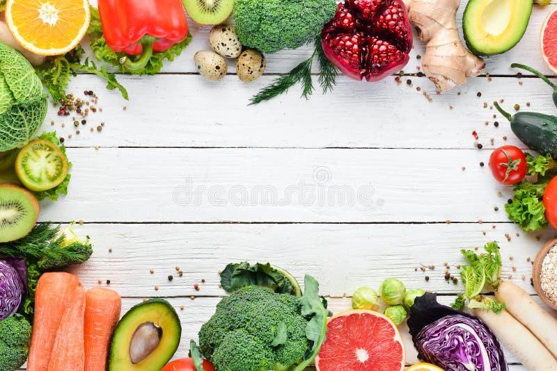 Nya grönsaker och frukter på en vit träbakgrund sunt organiskt f?r mat arkivbild