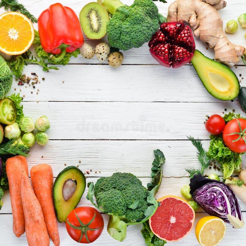 Nya grönsaker och frukter på en vit träbakgrund sunt organiskt f?r mat royaltyfri fotografi