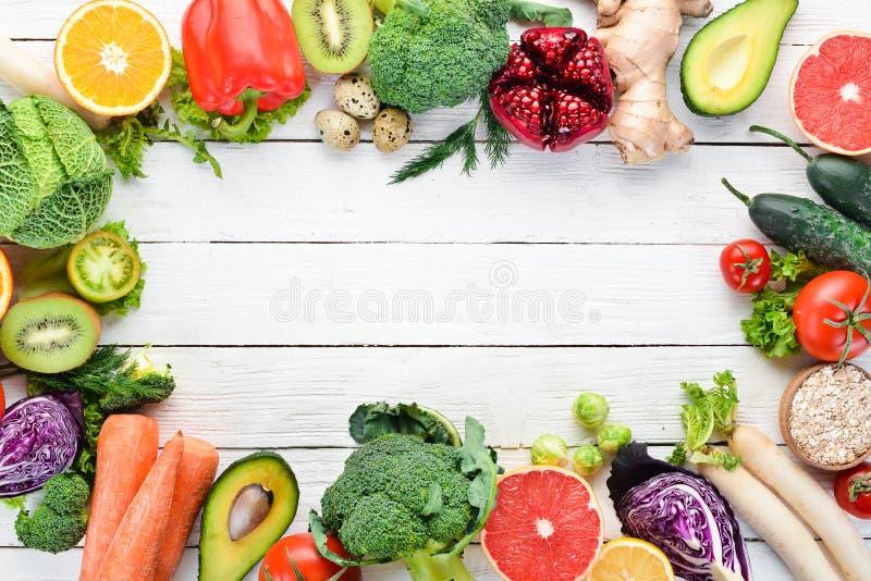 Nya grönsaker och frukter på en vit träbakgrund sunt organiskt f?r mat arkivbilder