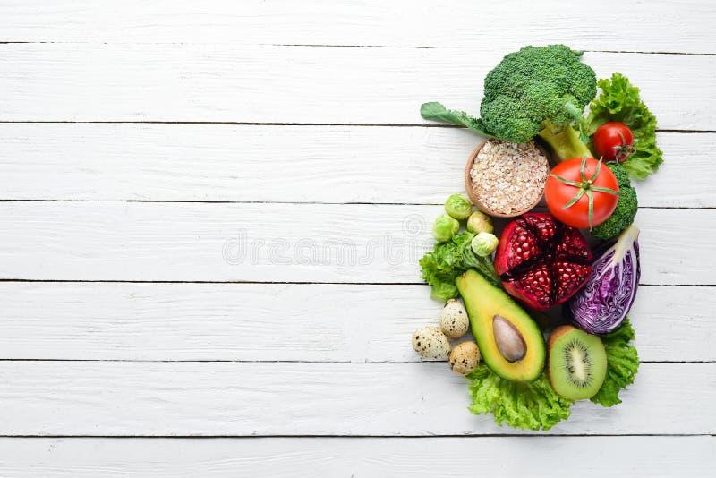 Nya grönsaker och frukter på en vit träbakgrund sunt organiskt f?r mat arkivfoton