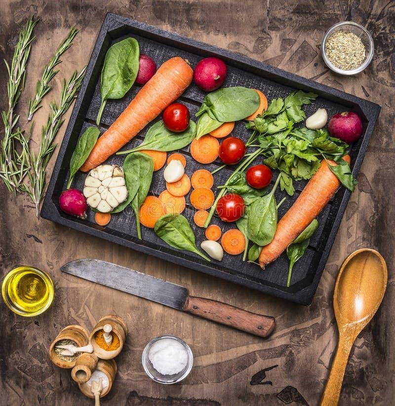 Nya grönsaker och ingredienser för att laga mat i tappningträask på lantlig bakgrund, bästa sikt, ställetext Strikt vegetarianmat arkivbild