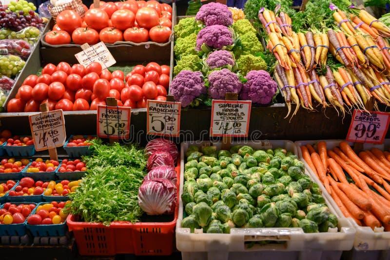 Nya grönsaker på den lokala bondemarknaden arkivbild
