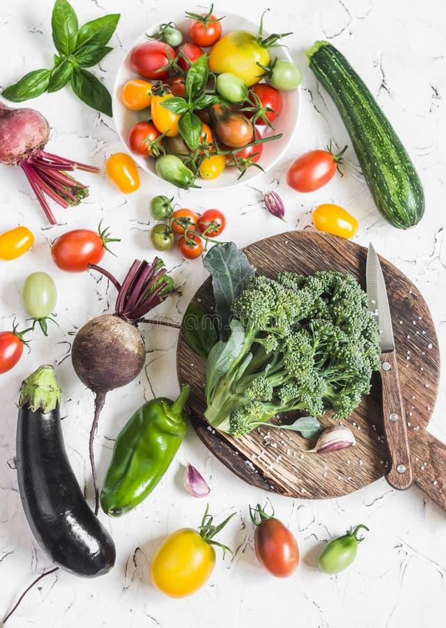 Nya grönsaker på en ljus bakgrund - broccoli, tomater, peppar, beta, aubergine, rädisa Hemlagad pasta för nytt ägg på trä royaltyfri bild