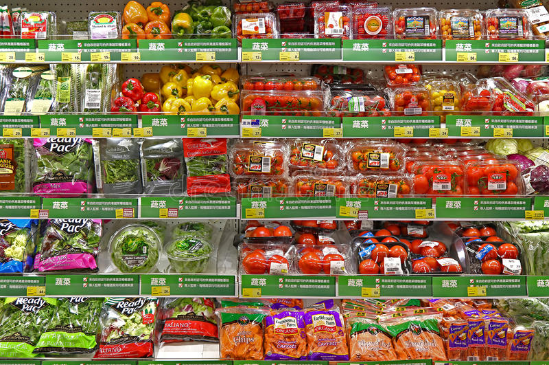 Nya grönsaker på supermarket royaltyfria bilder
