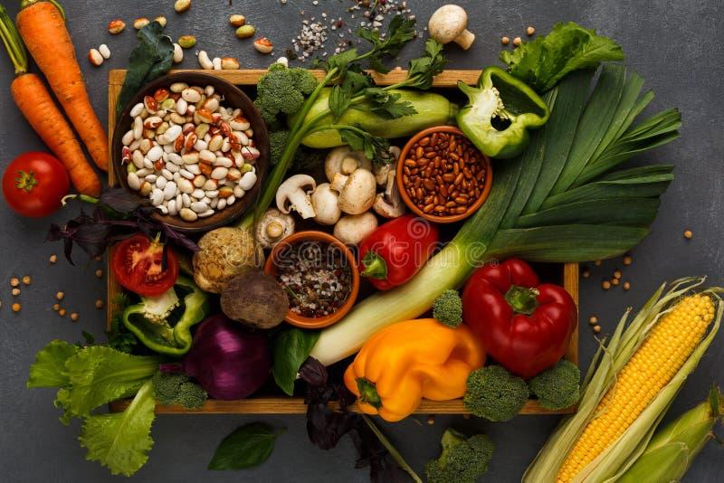 Nya grönsaker på trämagasinet med kopieringsutrymme arkivbild