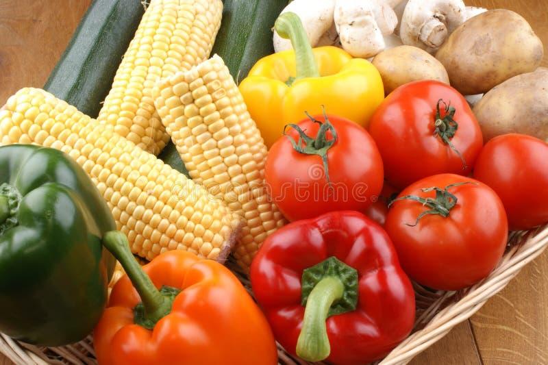 nya grönsakgrönsaker för korg arkivfoton