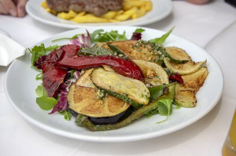 Nya grillade grönsaker på vit smaklig och sund lunch för platta, arkivfoto