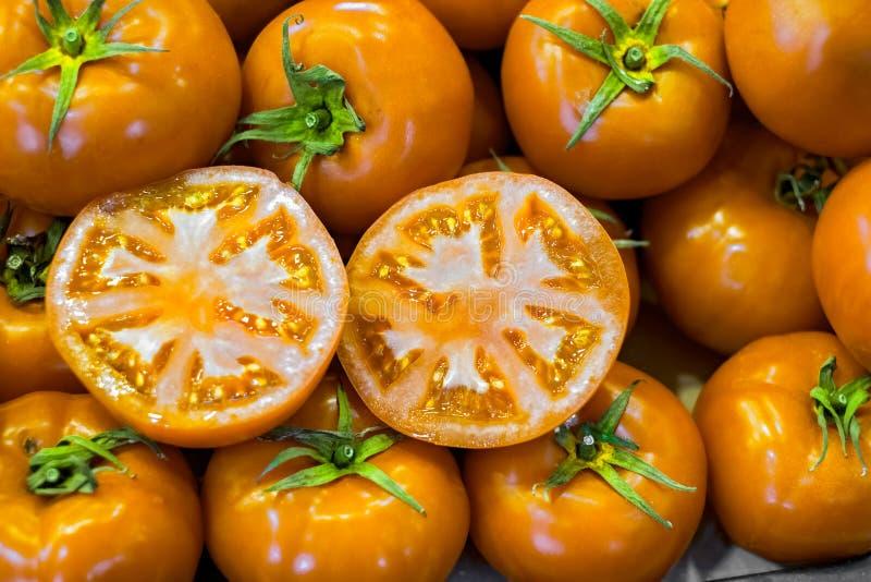 Nya gula tomater på marknaden royaltyfri fotografi