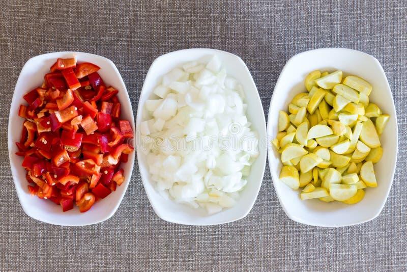 Nya högg av grönsakmatlagningingredienser royaltyfria foton