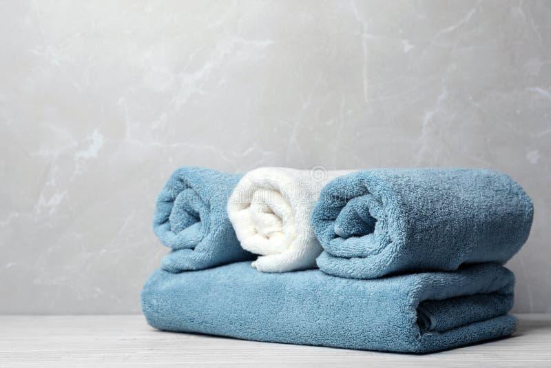 Nya handdukar på tabellen arkivbilder