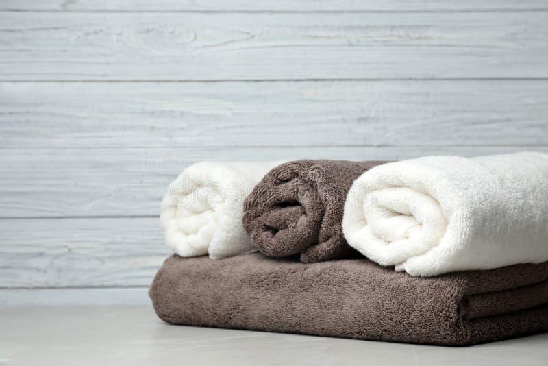 Nya handdukar på tabellen fotografering för bildbyråer